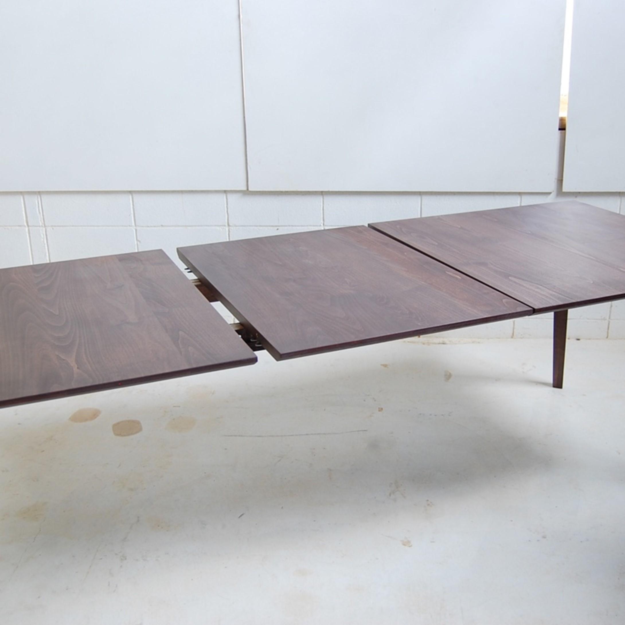 幕板のないシャープな伸長式ダイニングテーブル