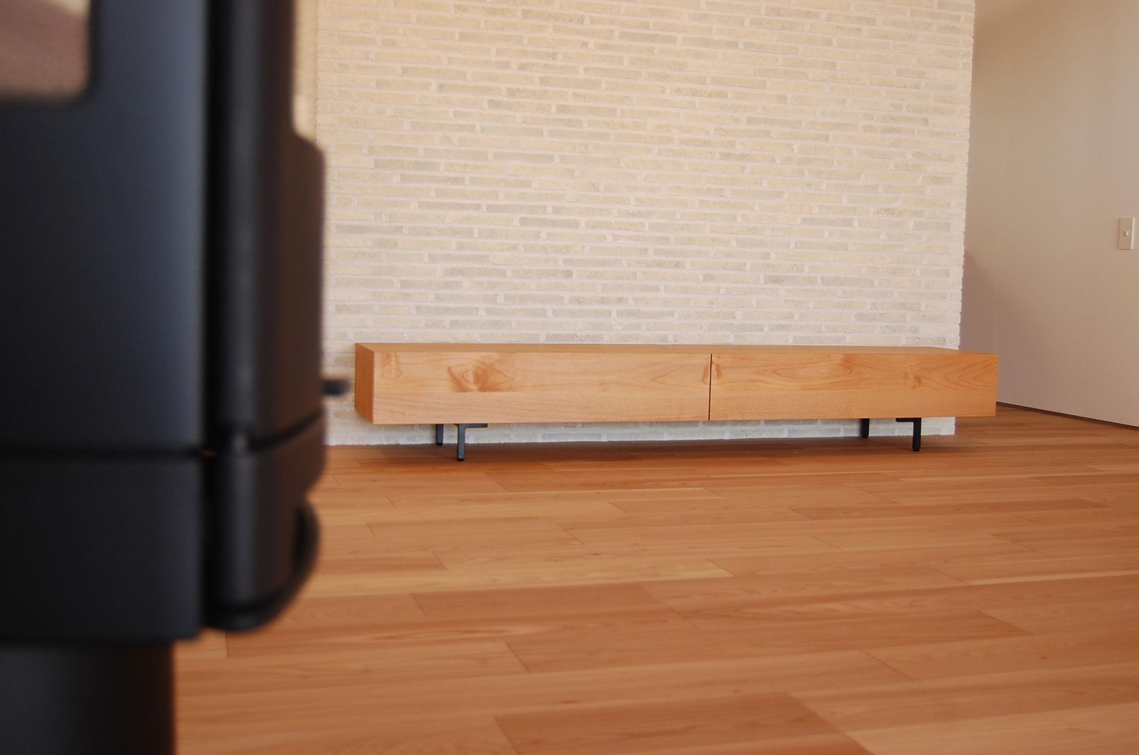 まっさらな新居にまっさらな黒脚テレビボード