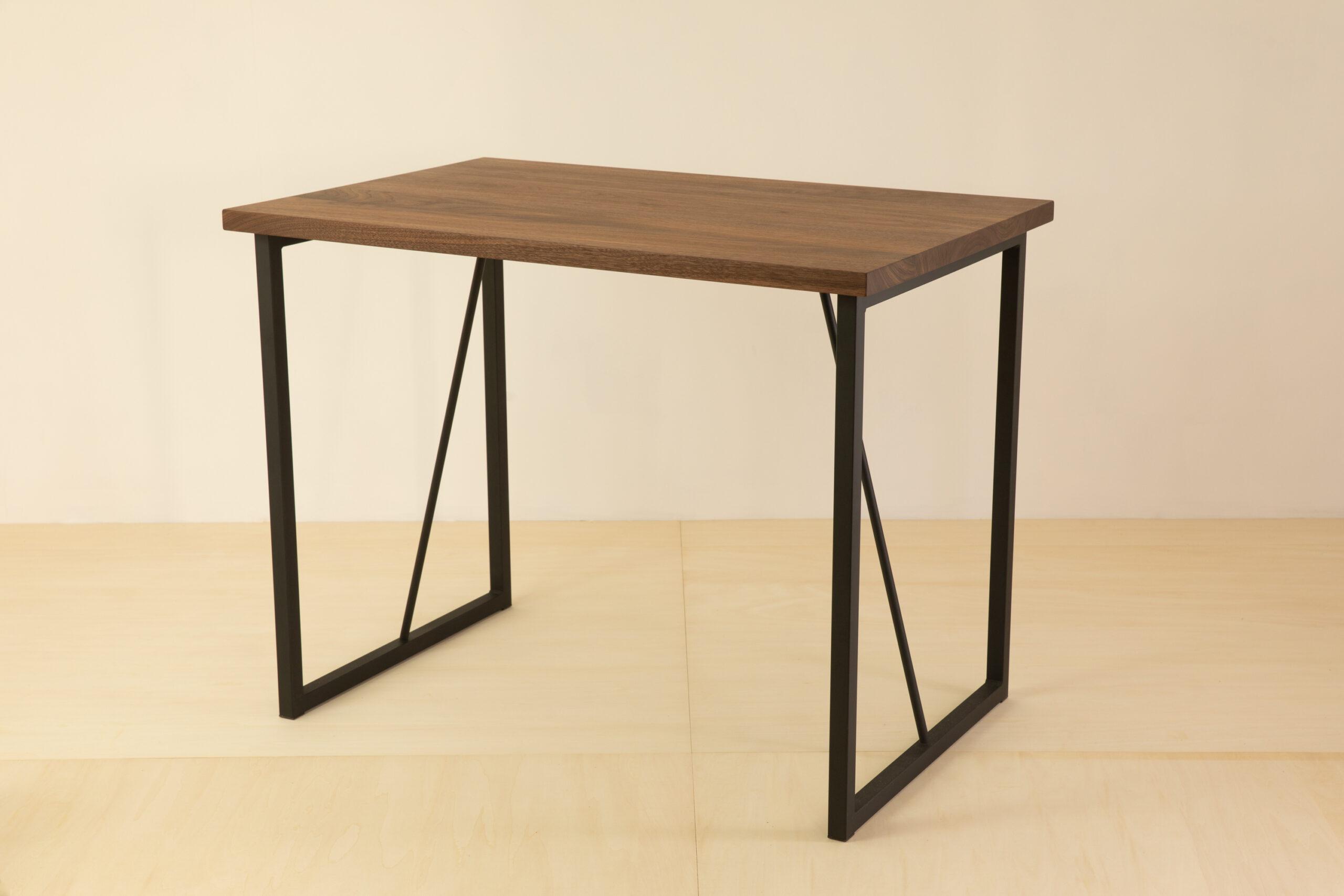 渋い小さなダイニングテーブル。
