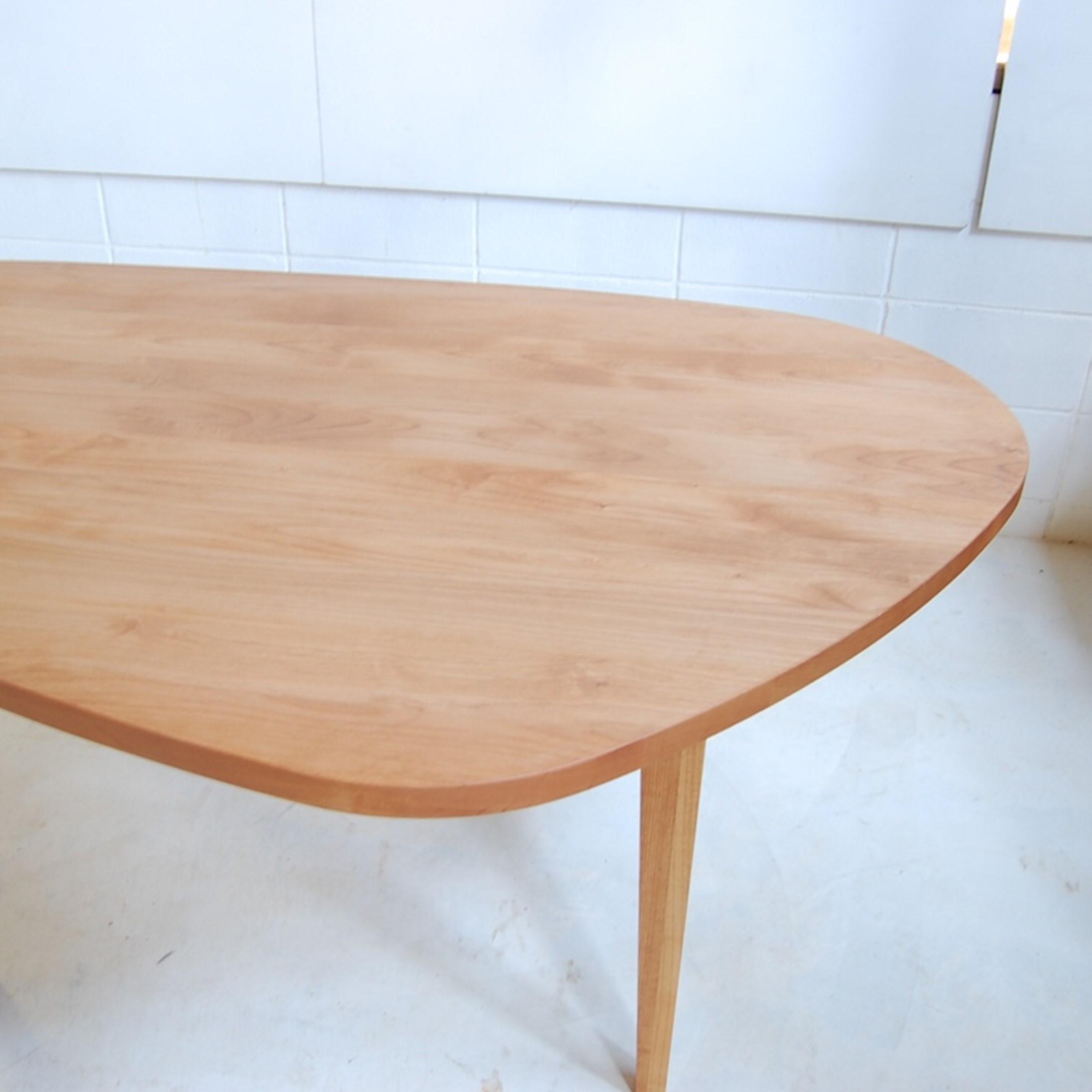 丸と四角のいいとこ取り!変形ダイニングテーブル