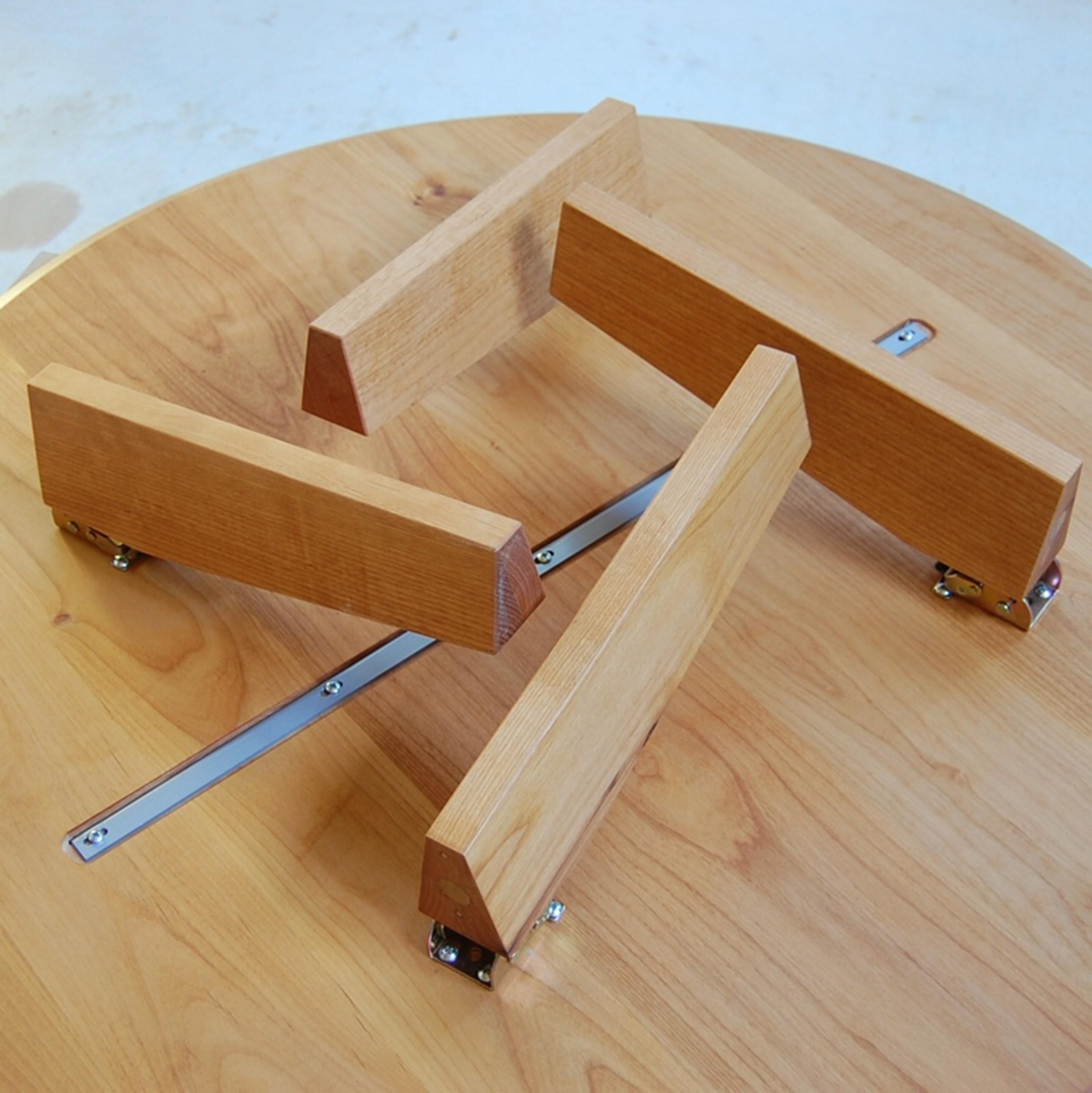 3本脚の丸テーブルと折れ脚ローテーブル。と、スツール
