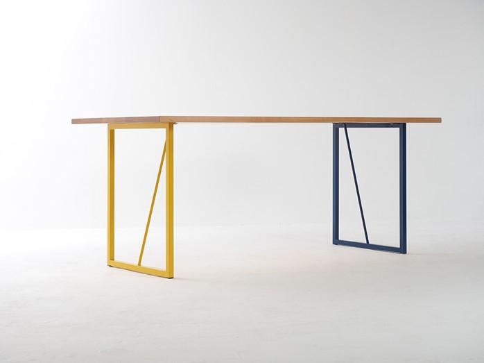 2色のスチール脚テーブル