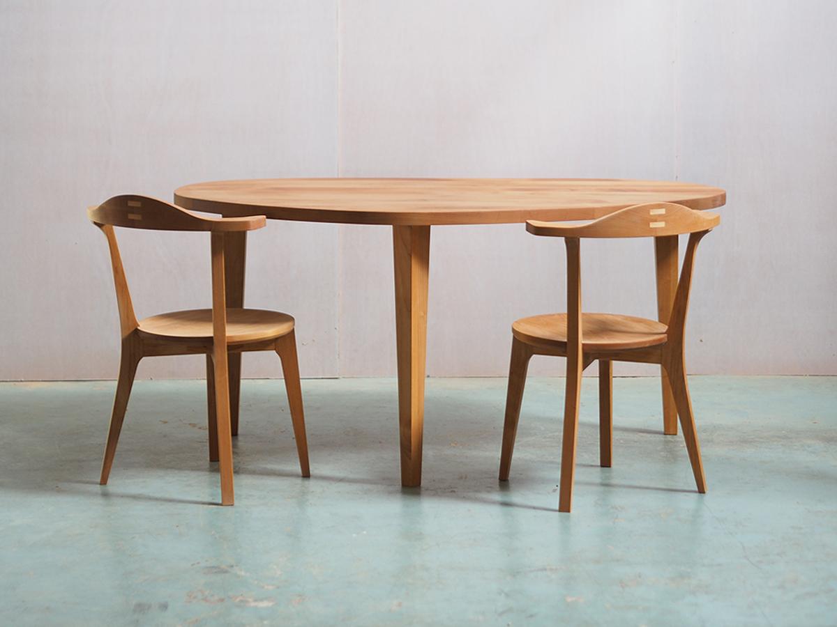 ビーンズ形のダイニングテーブル