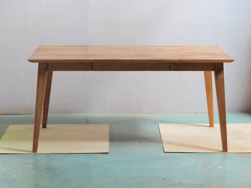 引き出し付きのダイニングテーブル